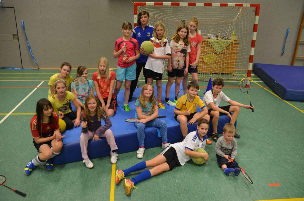Erstmals spartenübergreifend mit den JFV-Juniorinnen (Trainer: Enrico Otto) hatte auch der Badminton-Nachwuchs (Trainer: Frank Häusler) bei einer Weihnachtsfeier mit packenden Fußball- und Badmintongeschicklichkeitsspielen viel Spaß. Bilder: fh